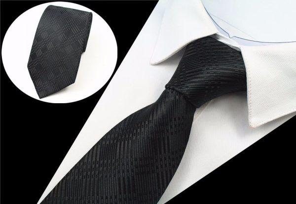 Spoločenská pánska kravata s jemnými líniami v čiernej farbe