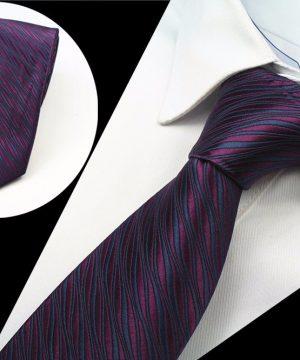 Spoločenská pánska kravata s vlnkami v bordovo-fialovej farbe