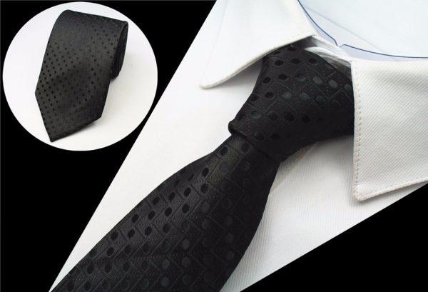 Spoločenská pánska kravata so vzorom v čiernej farbe