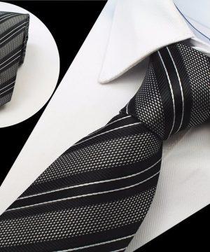 Moderná pánska kravata so vzorom v čiernej farbe