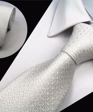 Kvalitná pánska kravata so vzorom v bielej farbe