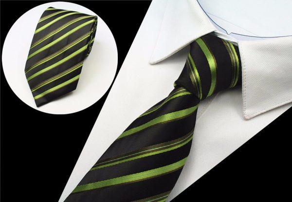 Kvalitná pánska kravata s pásikmi v čierno - zelenej farbe