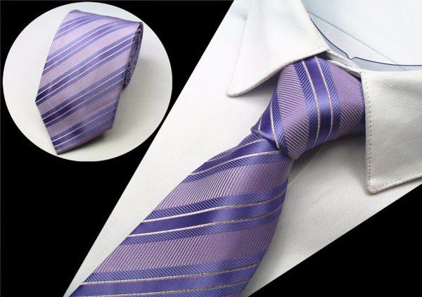 Kvalitná pánska kravata s pásikmi v ružovo - fialovej farbe