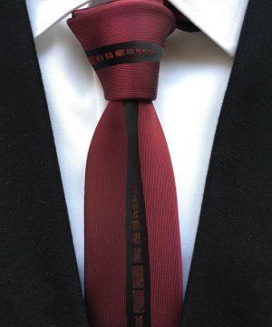 Luxusná viazanka so vzorom v bordovej farbe
