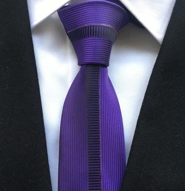 Luxusná viazanka vo fialovej farbe s prepracovaným vzorom