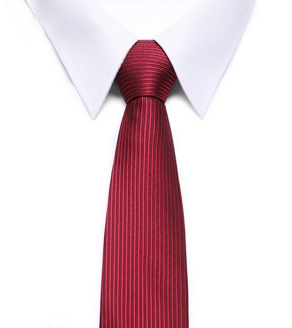 Kvalitná pánska kravata vo vínovo červenej farbe so vzorom