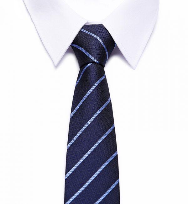 Kvalitná pánska kravata v modrej farbe s decentnými pásikmi