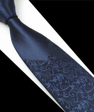 Decentná pánska kravata v tmavo-modrej farbe so vzorom