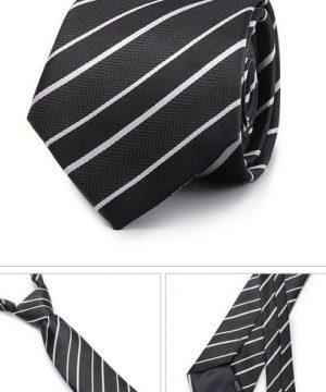 Kvalitná pánska kravata v čiernej farbe s pásikavým vzorom