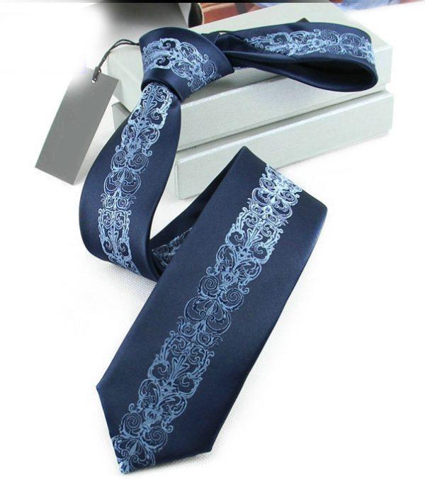 Prepracovaná pánska kravata v modrej farbe so vzorom