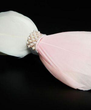 Luxusný pánsky motýlik z pierok, bielo-ružový