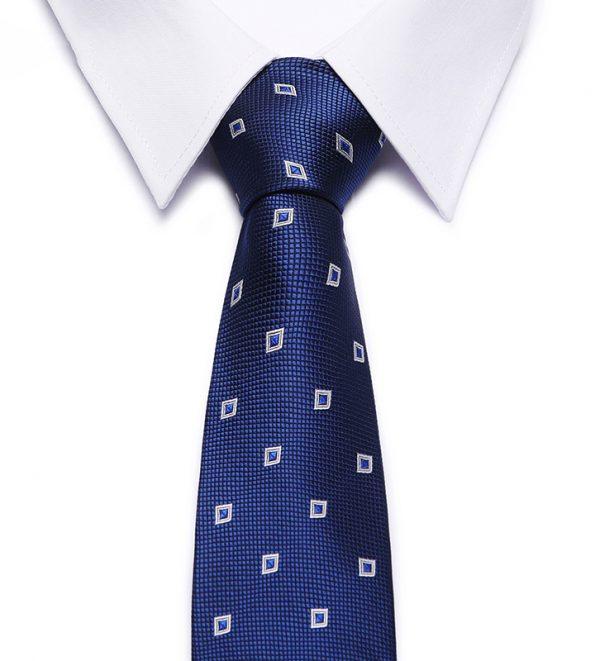 Kvalitná pánska kravata v modrej farbe s malými štvorčekmi