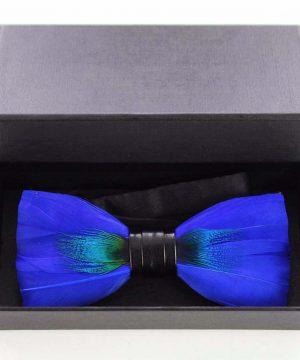 Luxusný pánsky motýlik z pierok v modrej farbe