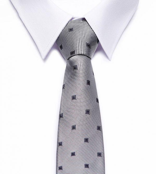 Kvalitná pánska kravata so vzorom v sivej farbe