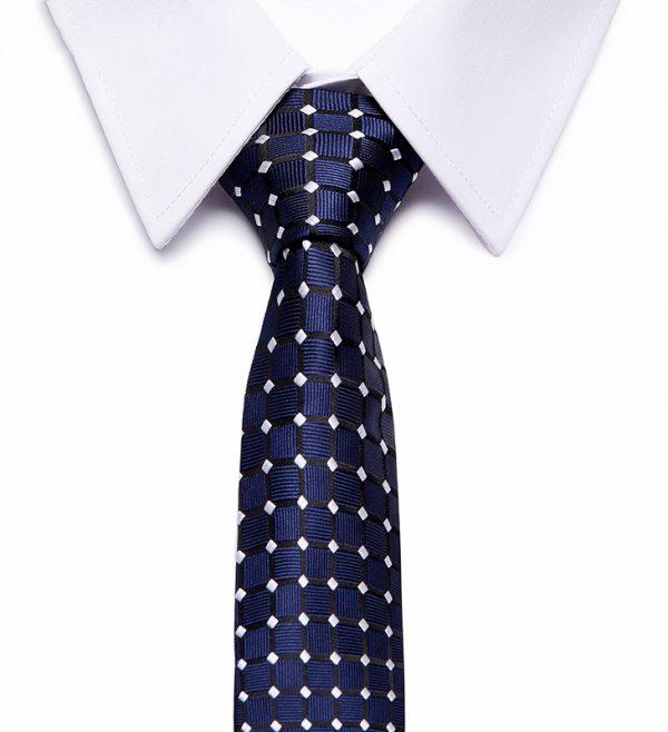 Kvalitná pánska kravata v tmavo modrej farbe so vzorom