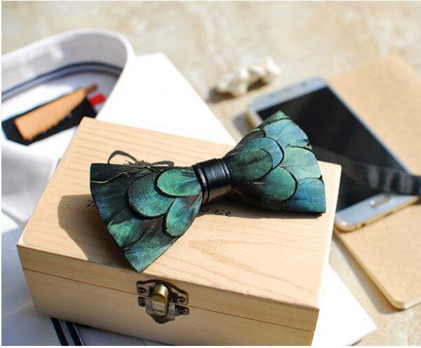 Luxusný pánsky motýlik z pierok vo vzore páva