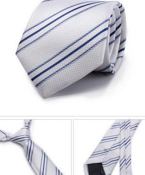 Kvalitná pánska kravata v bielej farbe s modrými pásikmi