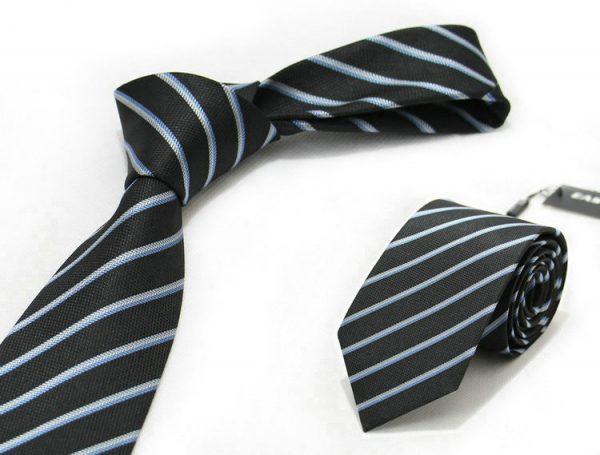 Moderná pánska viazanka v čiernej farbe so sivými pásikmi