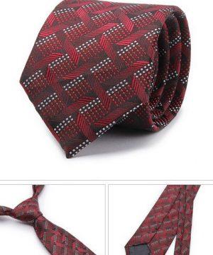 Kvalitná pánska kravata v tmavo červenej farbe so vzorom