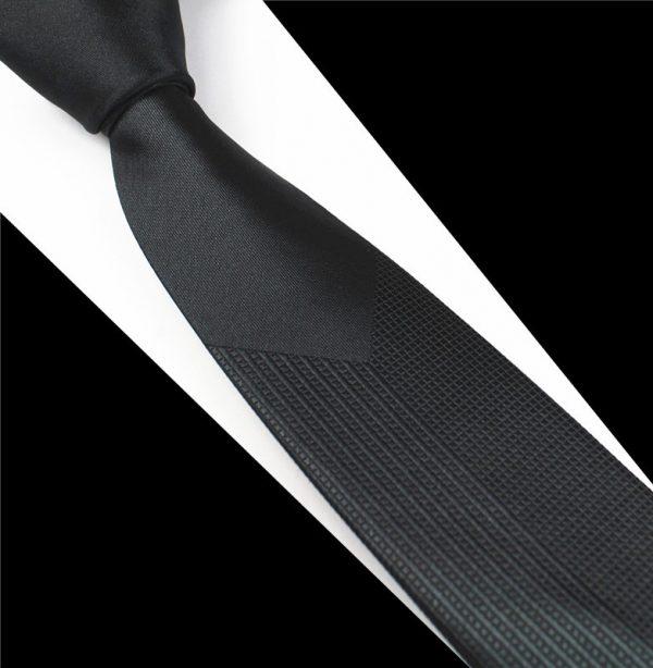 Luxusná pánska kravata v čiernej farbe s jemným vzorom