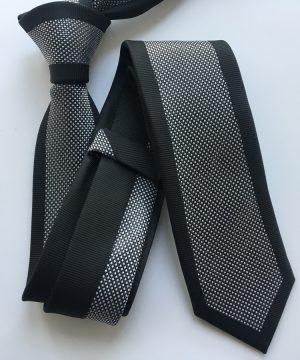 Luxusná viazanka so vzorom v čiernej farbe s bielym vzorom