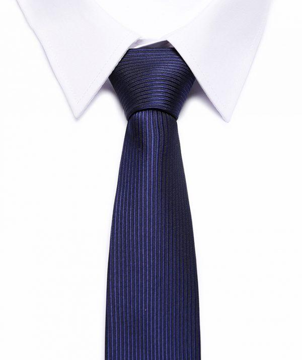 Kvalitná pánska kravata v tmavo modrej farbe s pásikmi