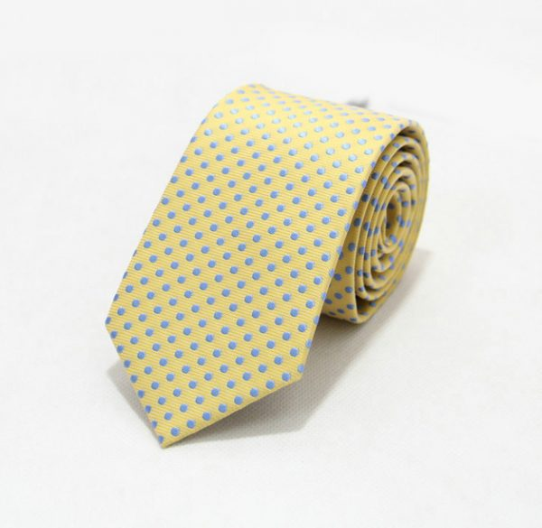 Moderná pánska viazanka v žltej farbe s modrými bodkami