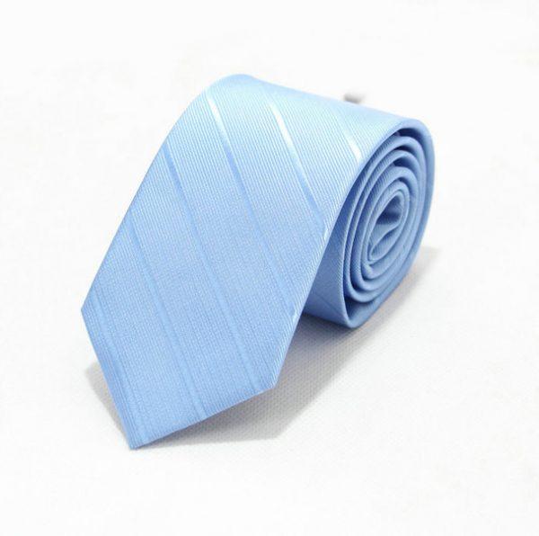 Moderná pánska viazanka s pásikmi v svetlo-modrej farbe