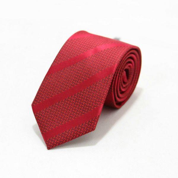 Moderná pánska viazanka v červenej farbe so vzorom