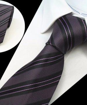 Kvalitná pánska kravata s pásikmi v tmavej ružovo-fialovej farbe