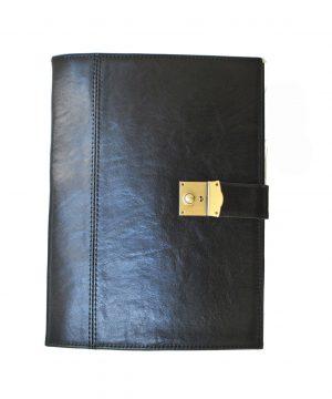 Kožená spisovka so zámkom na kľúč č.8344 v čiernej farbe z kvalitnej a odolnej kože. Spisovka slúži ako elegantné púzdro na uloženie rôznych spisov a dokumentov. Spisovka je nepostrádateľným doplnkom pracovného dňa, ktorý uspokojí Vaše každodenné potreby. Na prenos nie príliš obsiahlych dokumentov sú dobrou voľbou stále moderné kožené spisovky. Kožené spisovky sú síce rozmerovo menšie ako pánske aktovky, avšak ich vnútorné usporiadanie zodpovedá veľkosti a množstvu drobných kancelárskych pomôcok a základných dokumentov. 23 x 31 cm Potrebujete aby Váš imidž zostal stále na vysokom štandarde? Nosíte každý deň so sebou množstvo dokumentov a spisov? V našom obchode máme pre Vás pripravenú tie správne spisovky. Neváhajte preto s nákupom elegantnej koženej spisovky ani chvíľku. Široká ponuka pánskych a dámskych spisoviek je z kvalitných materiálov, s moderným dizajnom a praktickým usporiadaním.