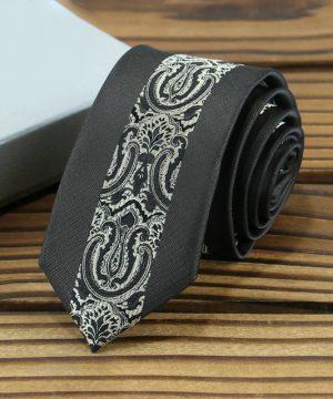 Prepracovaná pánska kravata v čiernej farbe so vzorom