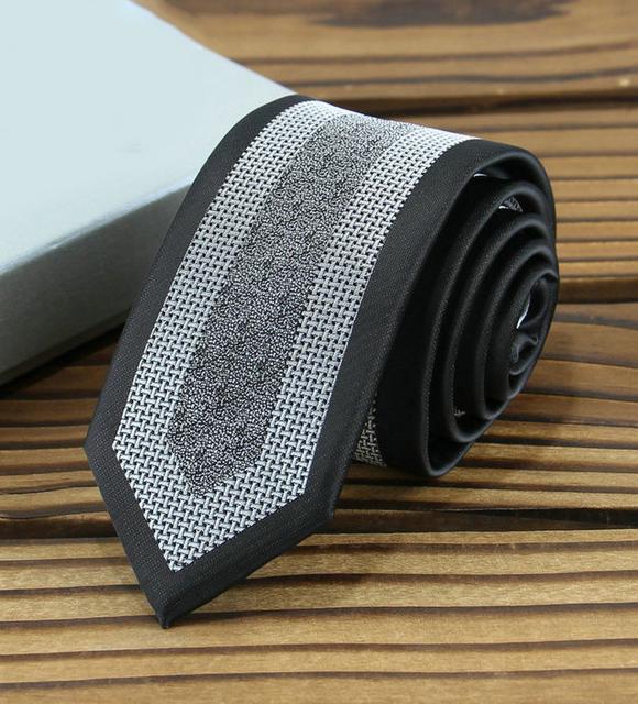Prepracovaná pánska kravata v čiernej farbe s bielym vzorom