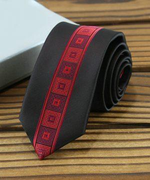 Prepracovaná pánska kravata v tmavo-červenej farbe so vzorom