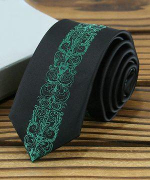 Prepracovaná pánska kravata v tmavo-zelenej farbe so vzorom