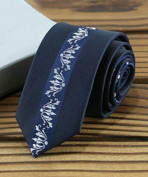 Prepracovaná pánska kravata v tmavo-modrej farbe so vzorom
