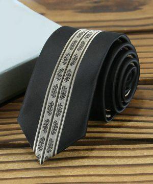 Prepracovaná pánska kravata v čierno-zlatej farbe so vzorom