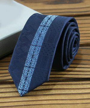 Prepracovaná pánska kravata v modrej farbe s modrým vzorom