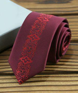 Prepracovaná pánska kravata v červenej farbe s červeným vzorom