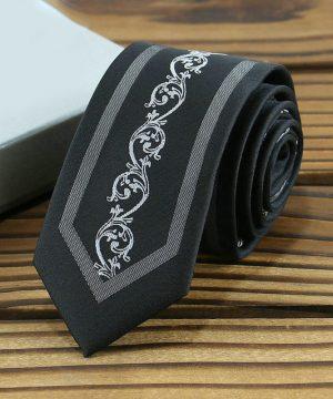 Kvalitná pánska kravata s luxusným vzorom v čiernej farbe
