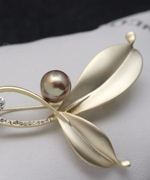 Luxusná pánska brošňa na šaty v tvare lístkov s perlou - zlatá