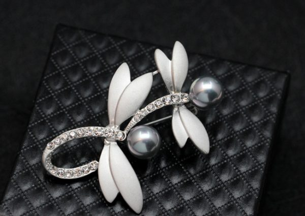 Prepracovaná brošňa pre pánov - dizajnové vážky s perlami