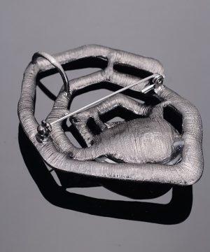 Luxusná ručne leptaná pánska brošňa na šaty v špirály s kryštálom