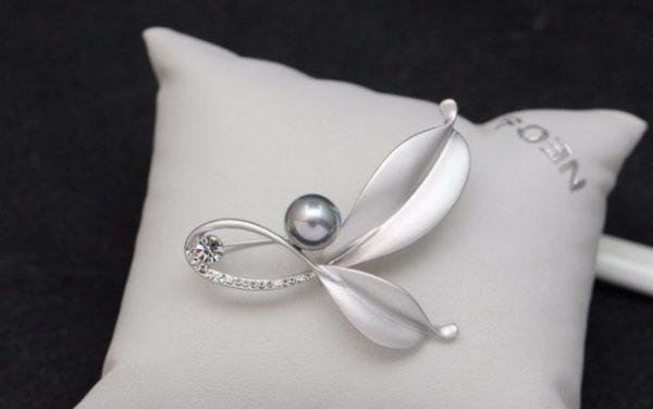 Luxusná pánska brošňa na šaty v tvare lístkov s perlou - strieborná