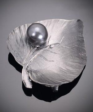 Luxusná ručne leptaná pánska brošňa na šaty v listu s perlou