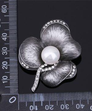 Prepracovaná brošňa pre pánov v kvetu s bielou perlou v čiernej farbe