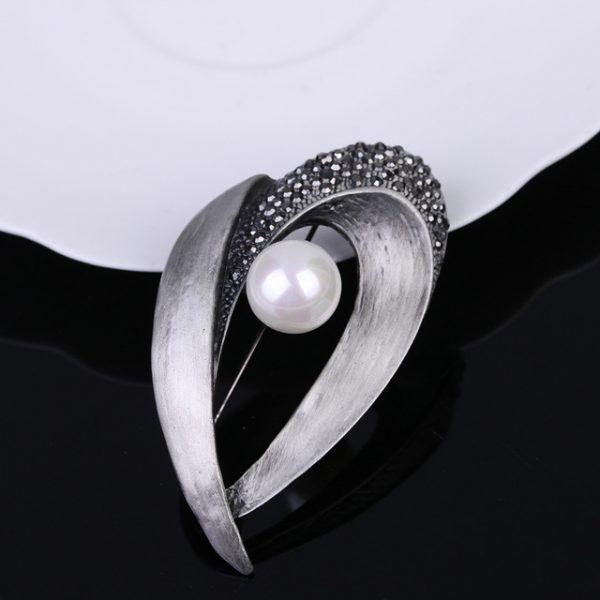 Luxusná brošňa pre pánov v dynamickej kompozícii s perlou