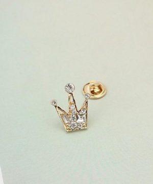 Prepracovaná brošňa pre pánov v tvare kráľovskej koruny - zlatá