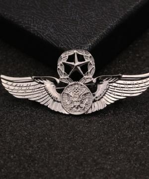 Prepracovaná pánska brošňa na šaty - armádne krídla v striebornej farbe