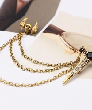 Prepracovaná pánska brošňa na šaty so zlatým gotickým motívom